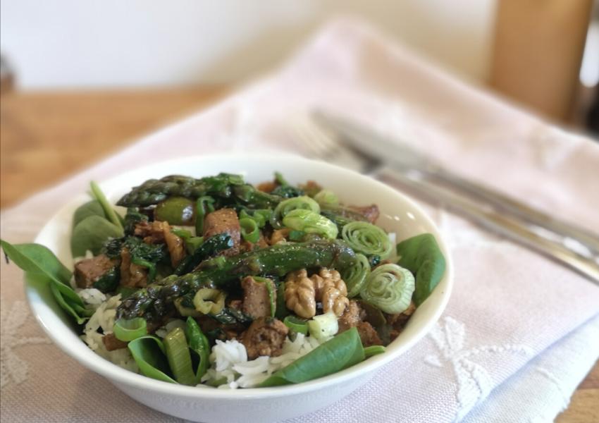 Tofu ze szparagami i orzechami włoskimi w orientalnym sosie