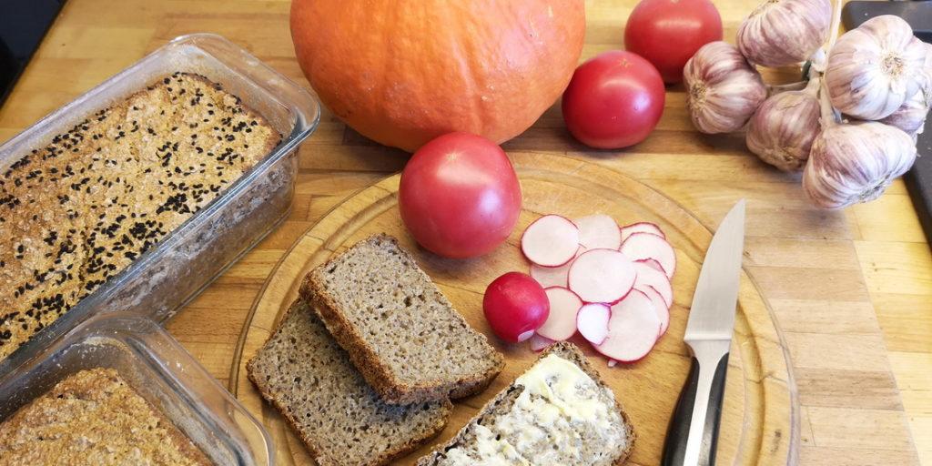 Zdrowy chleb żytni na zakwasie z dodatkiem mąki z płaskurki i samopszy.