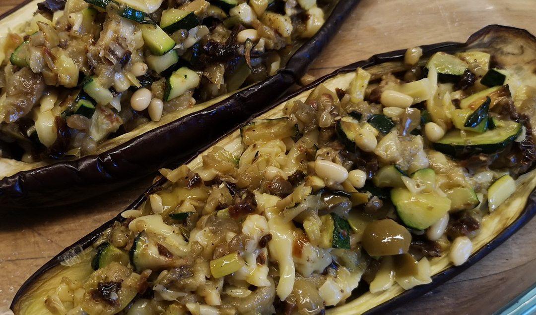 Zapiekane bakłażany z serem, oliwkami, cuinią i orzeszkami pinii